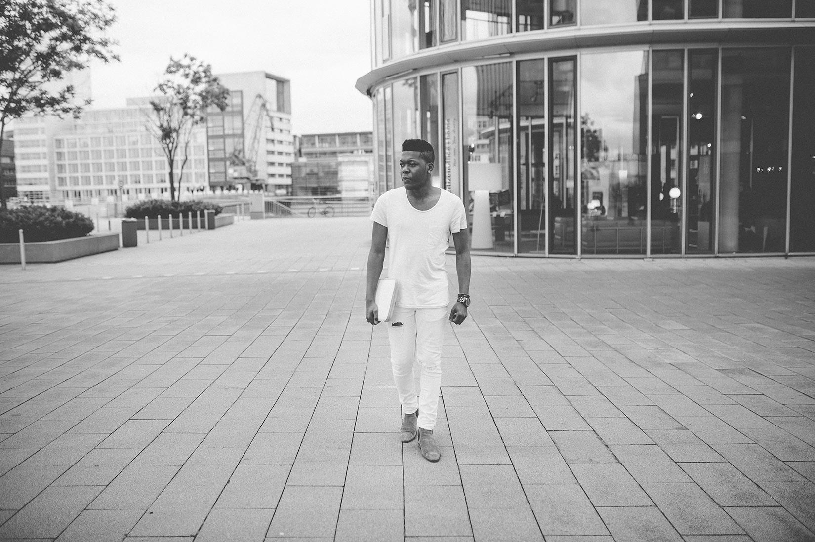 Billy mit weißer Tasche - Schwarz-weiß