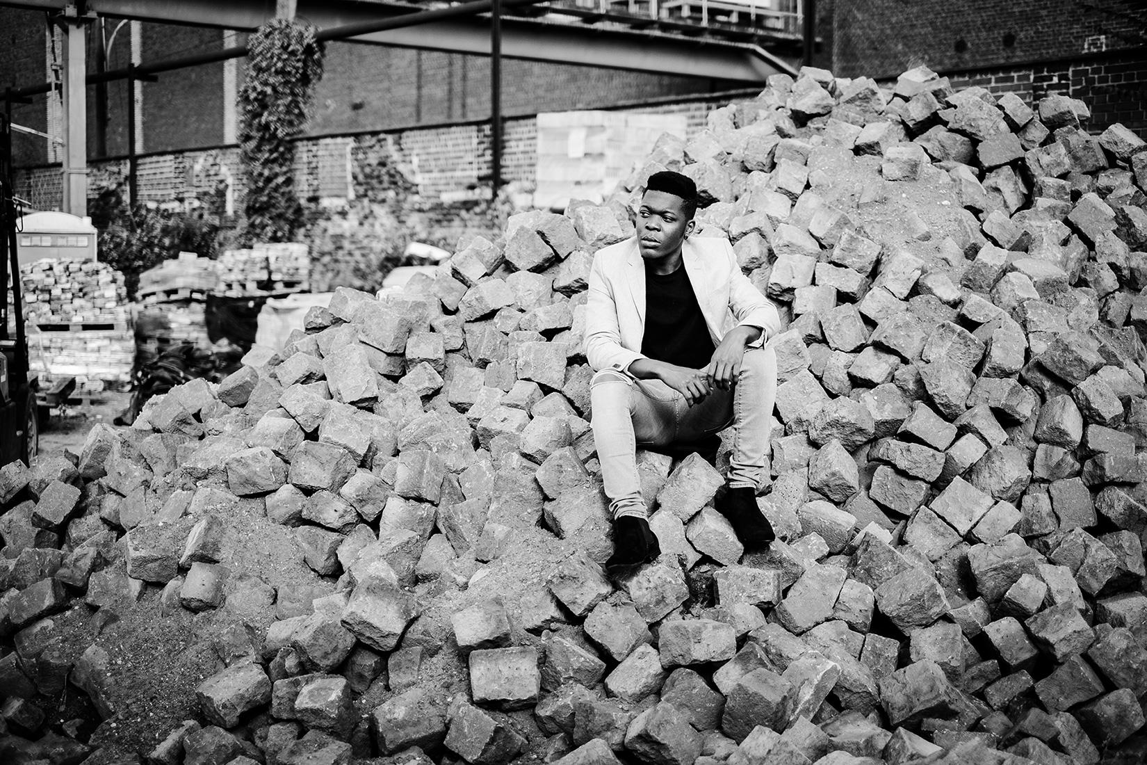 Billy sitzt im Steinhaufen - schwarz-weiß