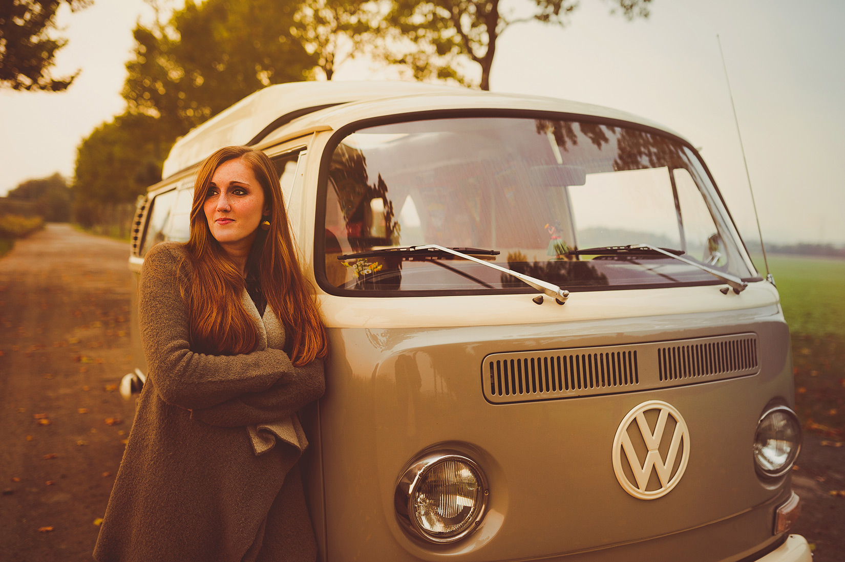 Carina lehnt am VW Bulli T2