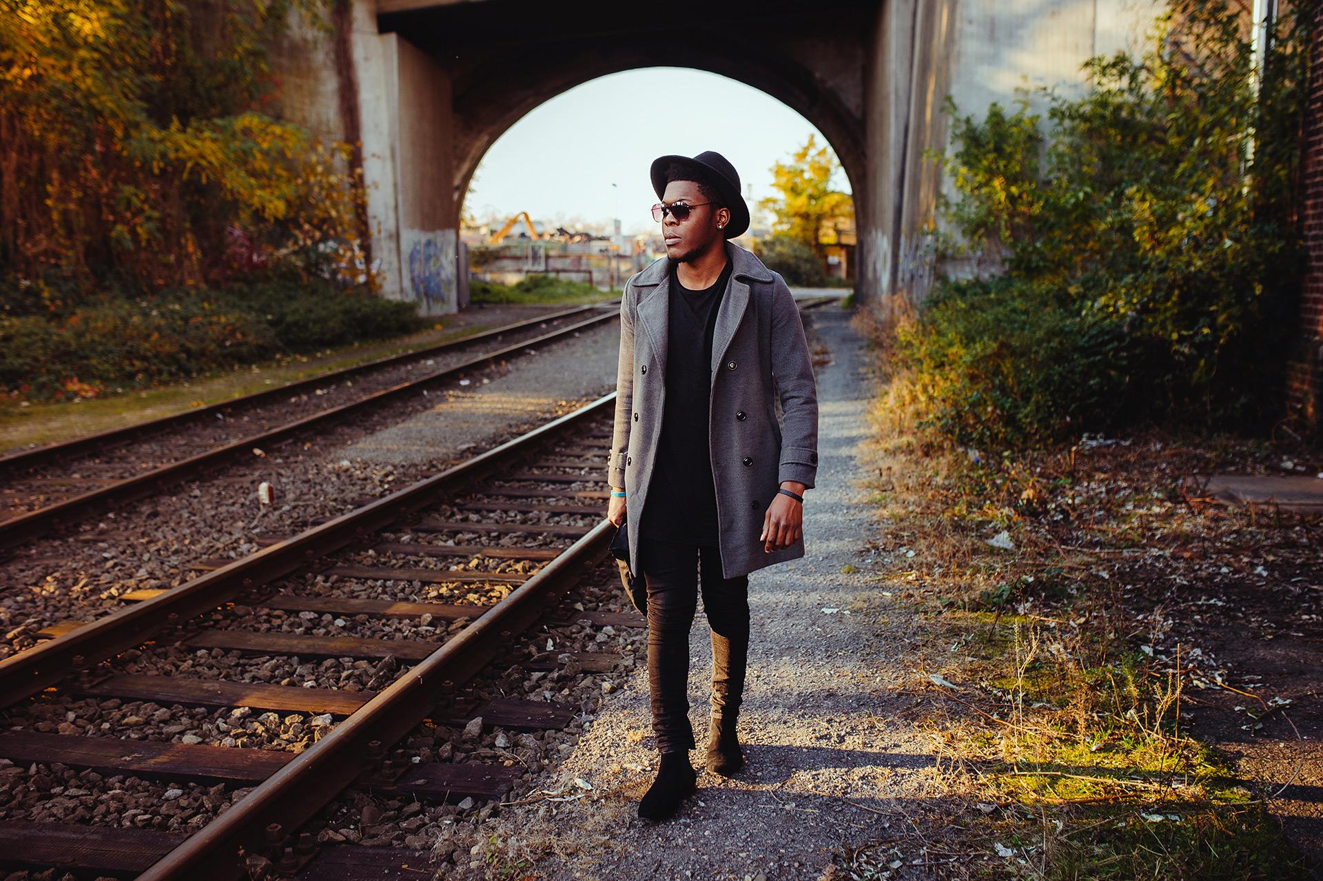 Billy im Walk mit grauen Mantel und Hut