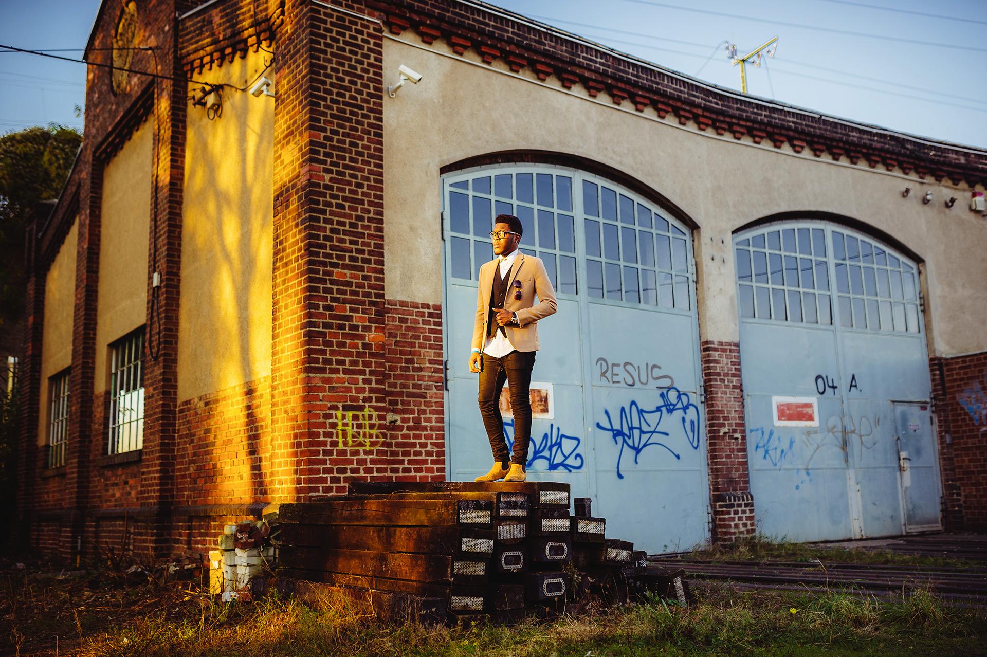 Billy im Ganzkörperportrait vor der Bahnwerkstatt