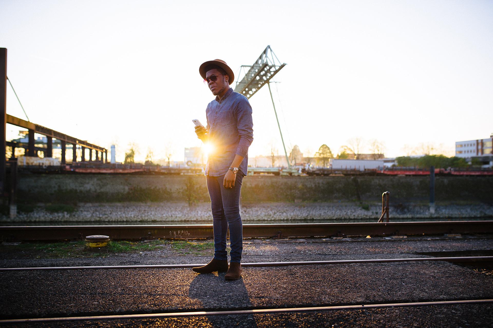Billy im Sonnenlicht am Hafen