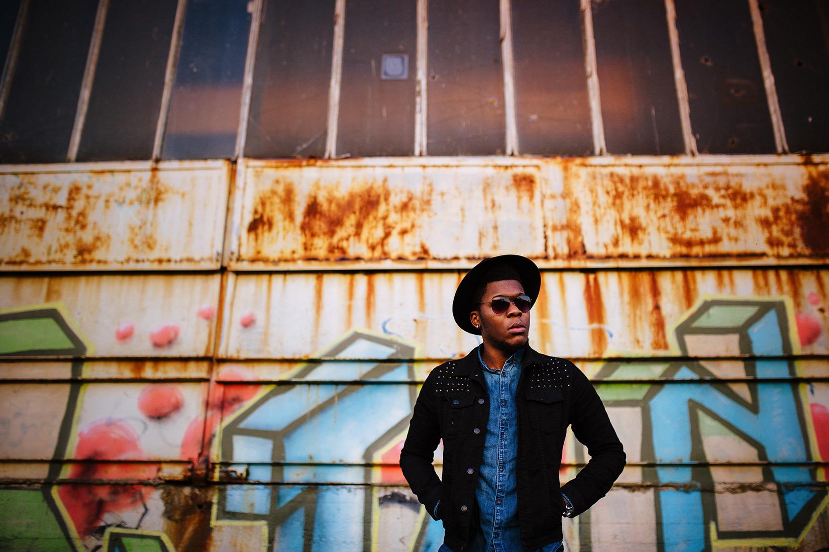Billy im Hafen vor einem Graffiti