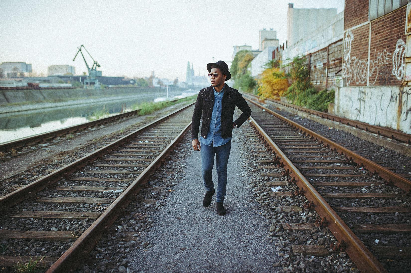 Billy im Walk zwischen zwei Bahngleisen