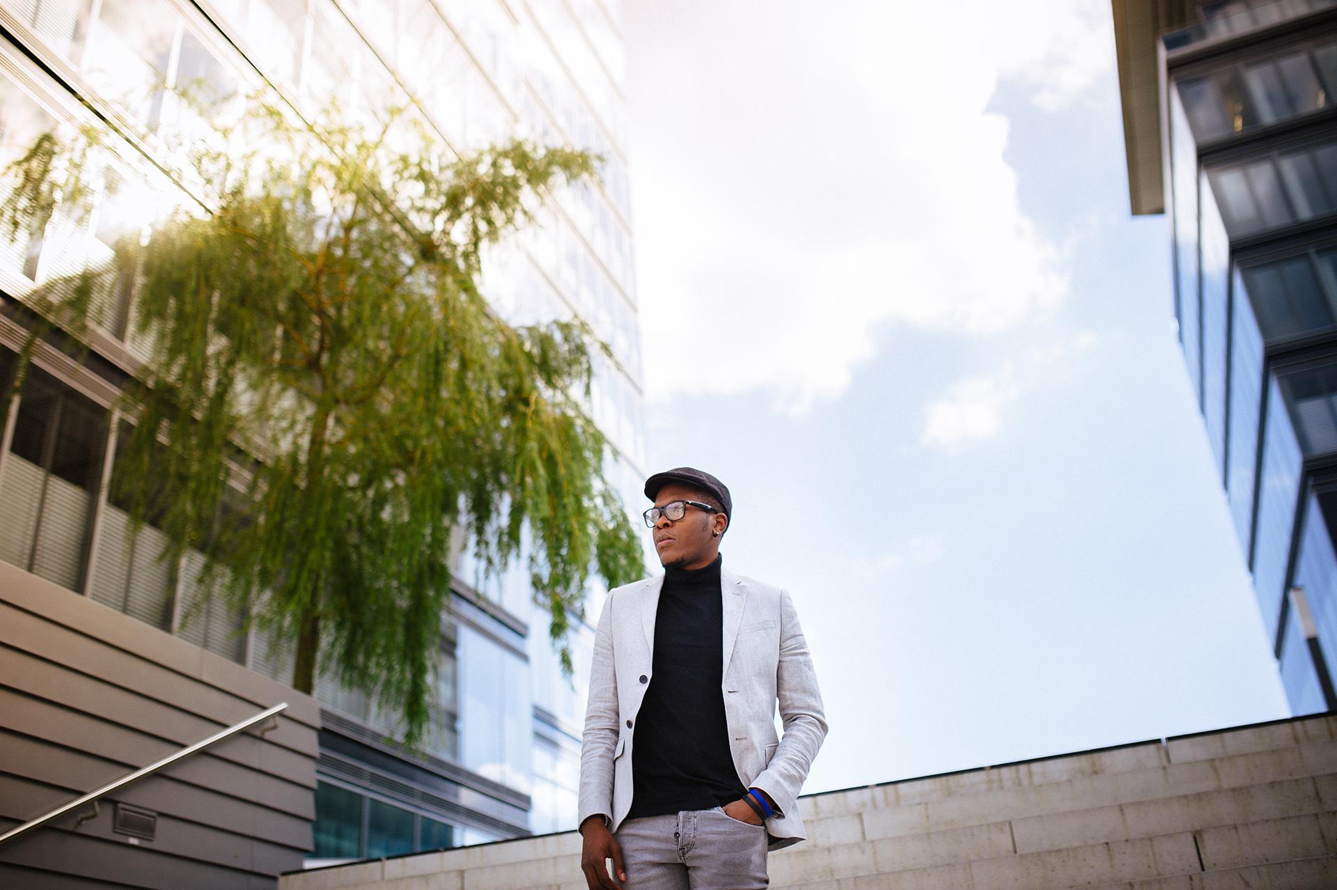Billy vor dem LANXESS Gebäude