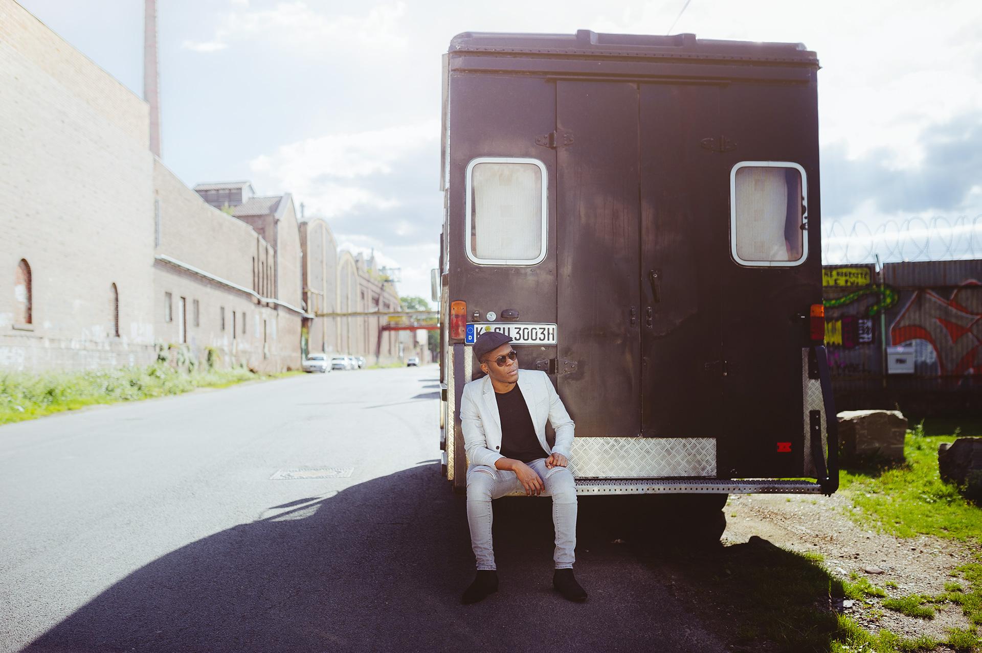 Billy im ersten Hip-Hop Look an einem Transporter