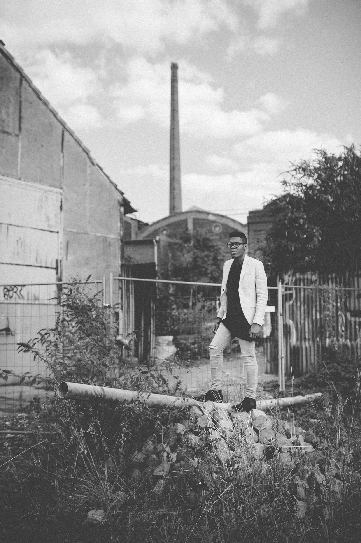 Billy auf einem Steinhaufen - schwarz-weiß
