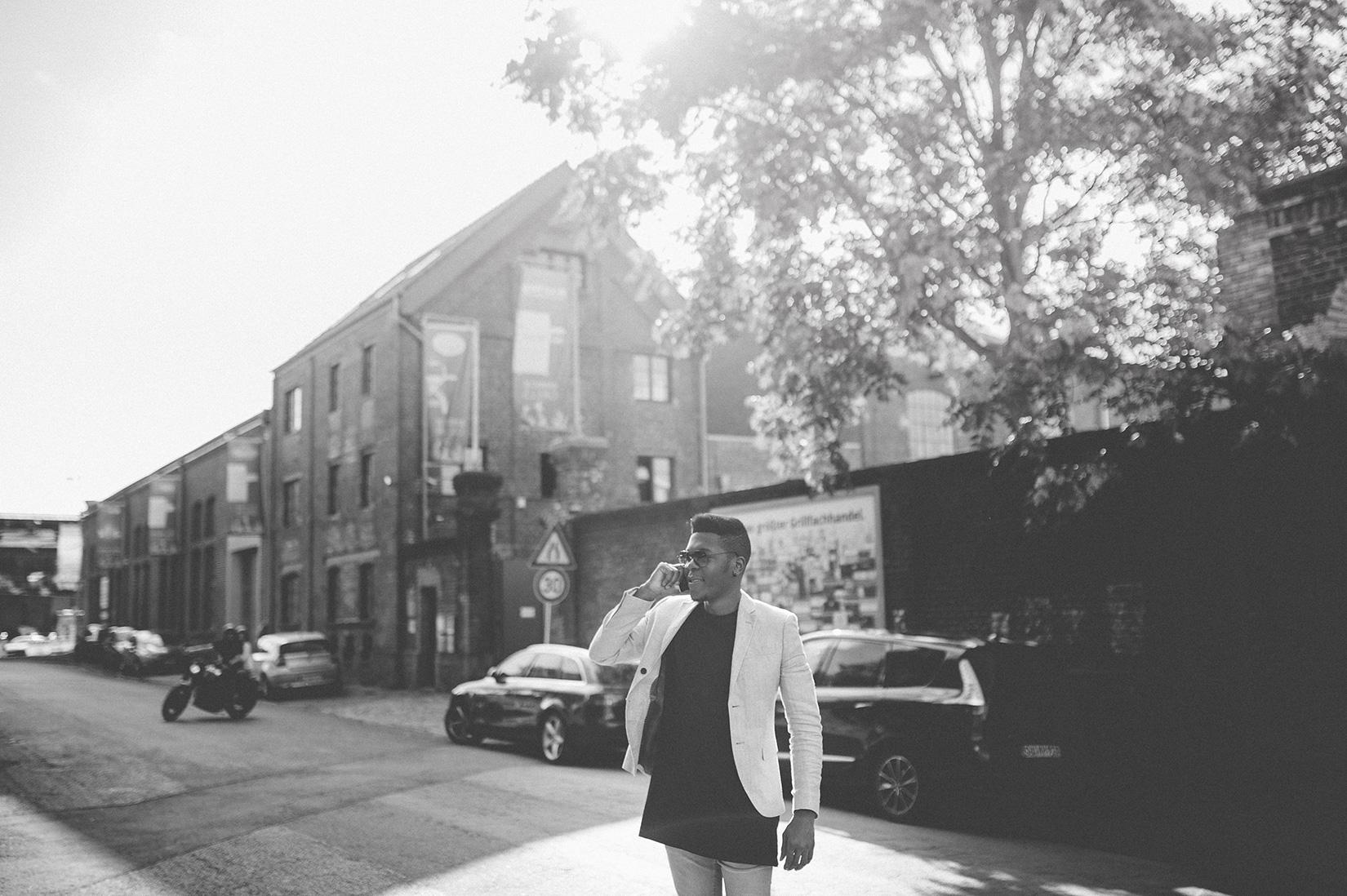 Billy telefoniert mitten auf der Straße - schwarz-weiß