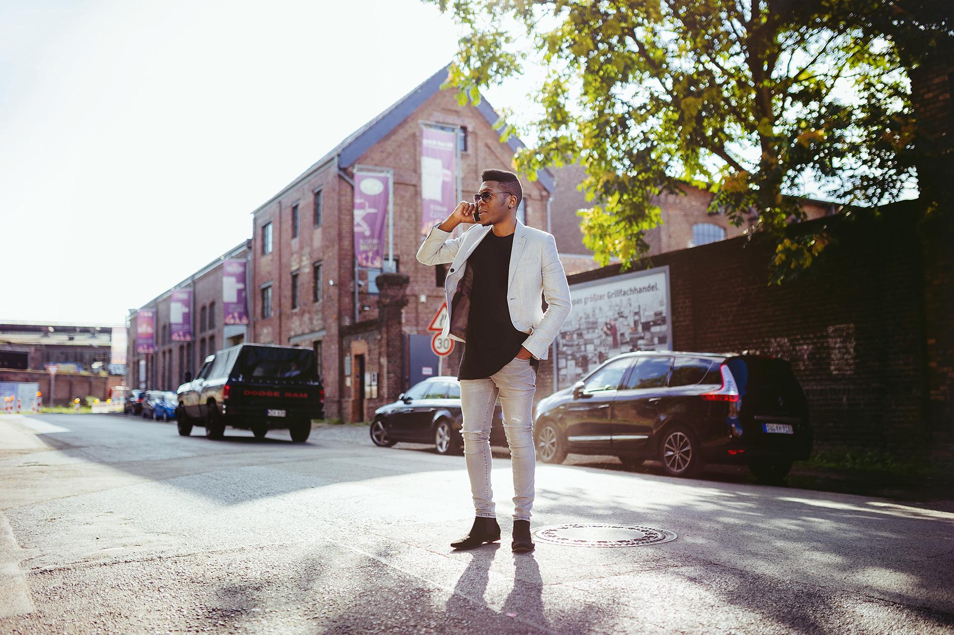Billy im Telefonat, mitten auf der Straße
